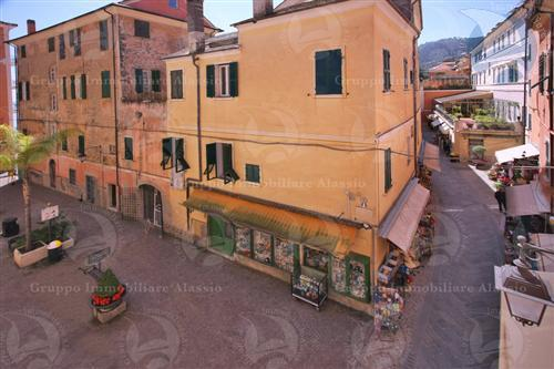 Muri di negozio in centro storico a Laigueglia