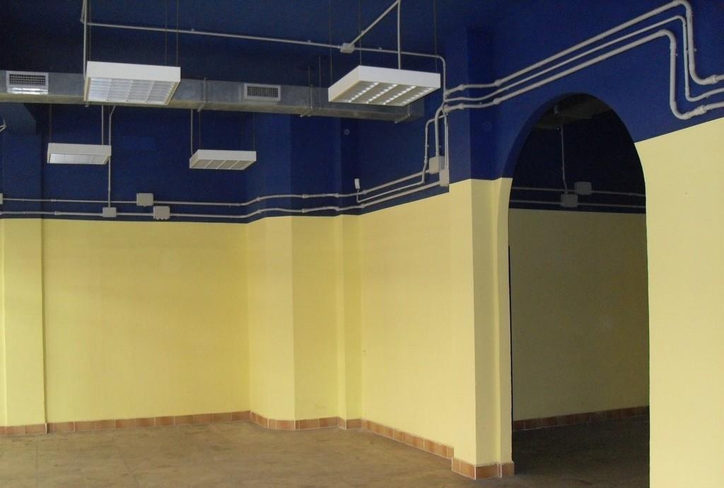Brescia 2 – Negozio di tre locali, due vetrine e portico uso esclusivo - 2