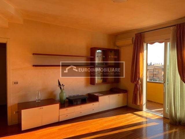 Appartamento in affitto a Desenzano del Garda, 3 locali, prezzo € 1.000 | CambioCasa.it