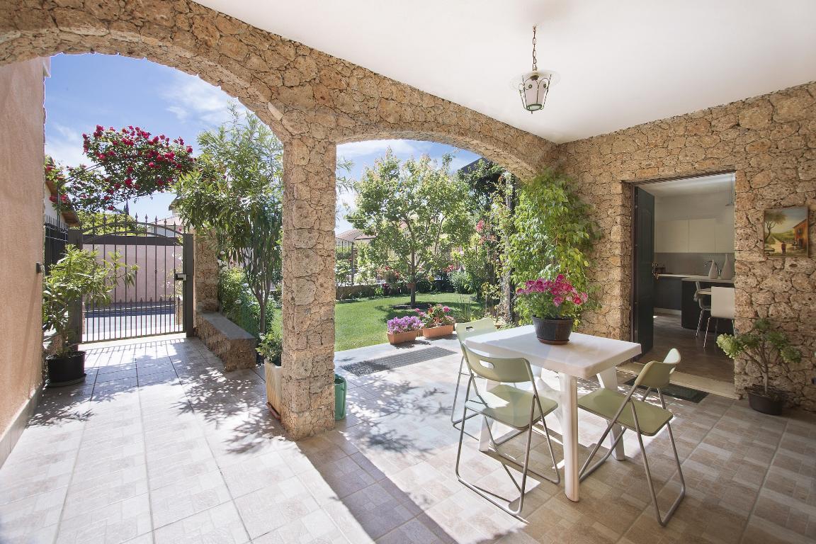 Cisano, curatissima villa su tre livelli con giardino e box auto sotto casa.