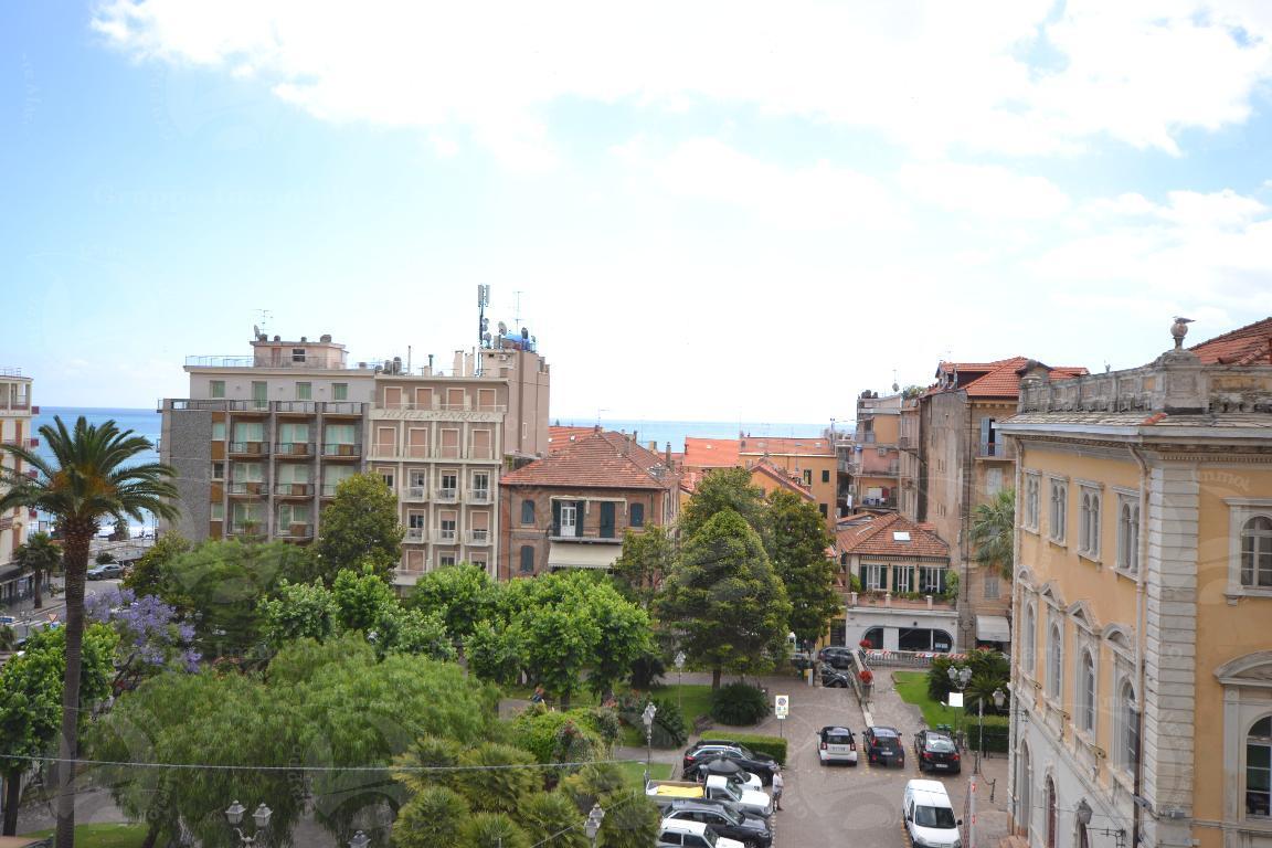 Alassio centro, lussuoso appartamento in villa d'epoca, ultimo piano