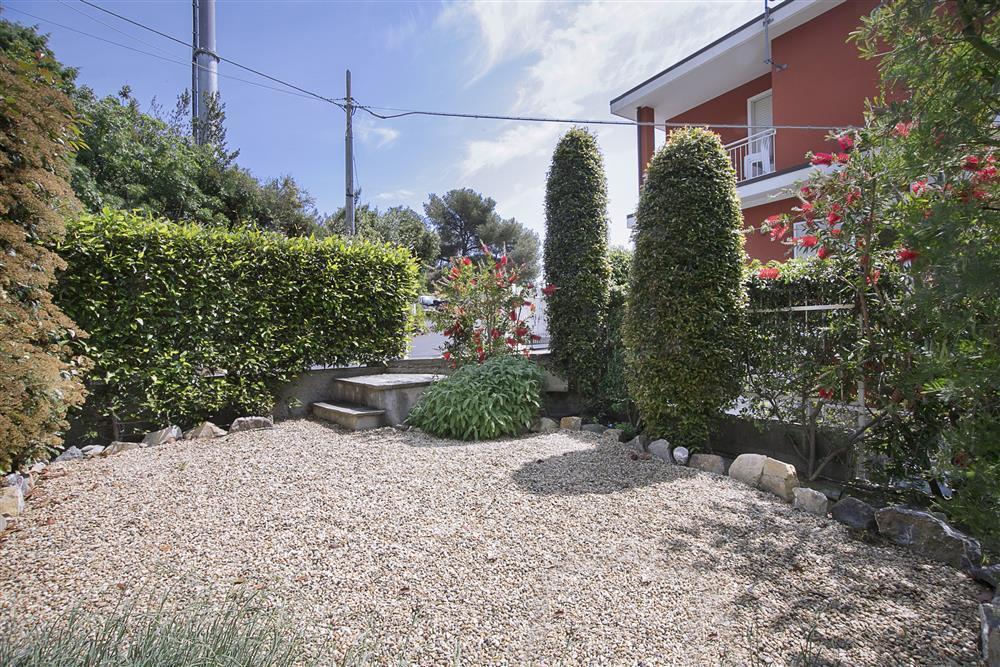 bilocale con giardino e posto auto