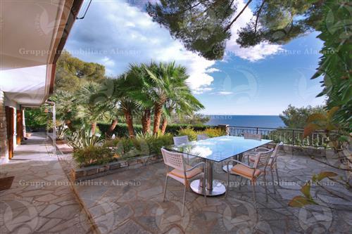 Panoramica villa in posizione dominante il mare a Pinamare vicino alla spiaggia e al porto.