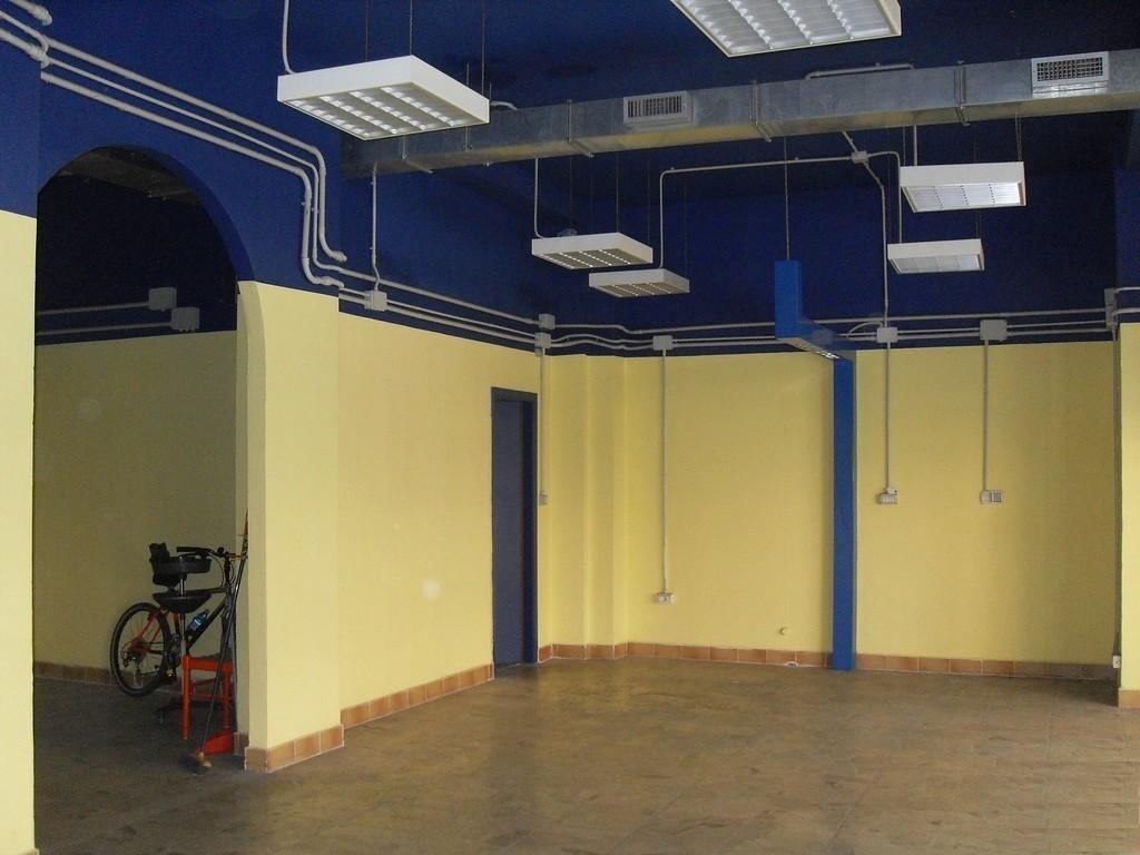 Brescia 2 – Negozio di tre locali, due vetrine e portico uso esclusivo - 3