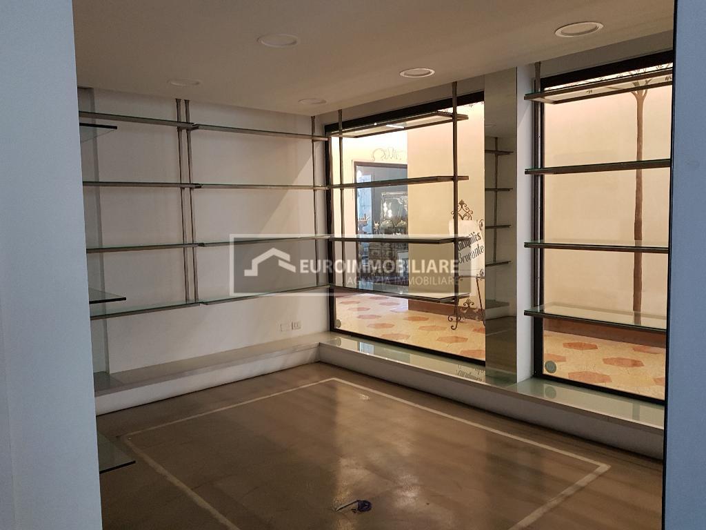 Negozio / Locale in affitto a Desenzano del Garda, 2 locali, prezzo € 1.800   PortaleAgenzieImmobiliari.it