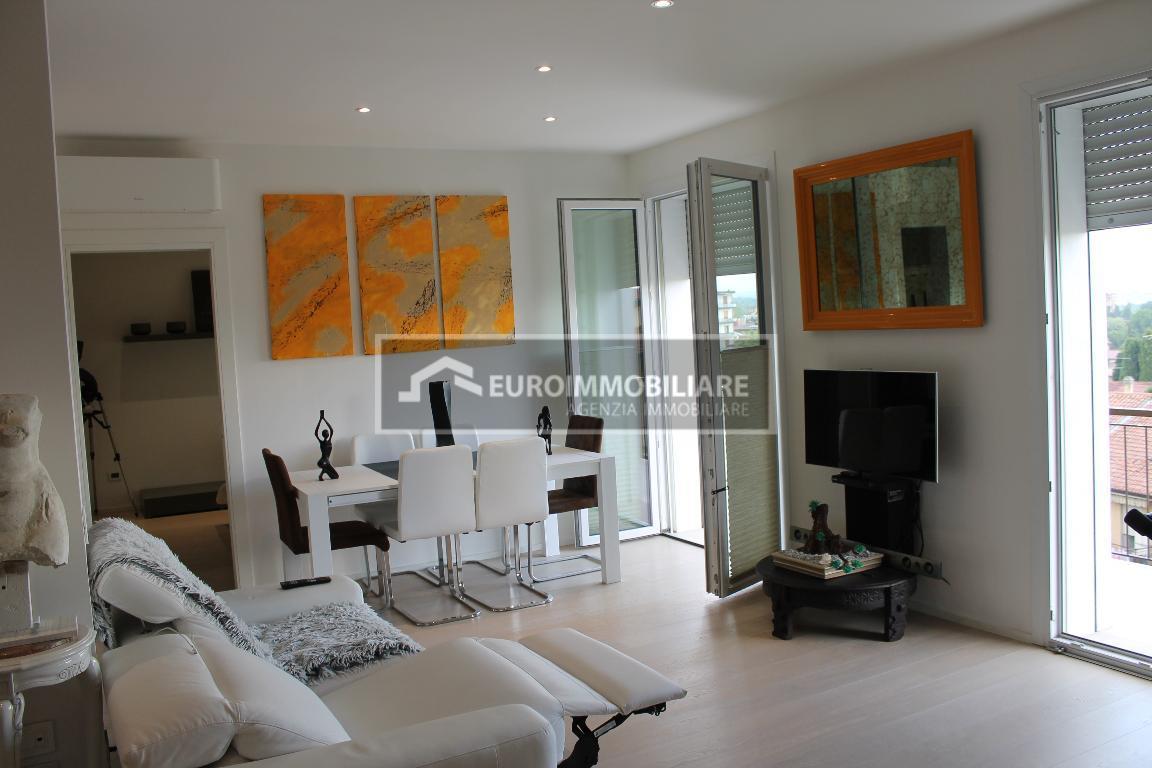 Appartamento in vendita a Desenzano del Garda, 3 locali, prezzo € 430.000 | CambioCasa.it