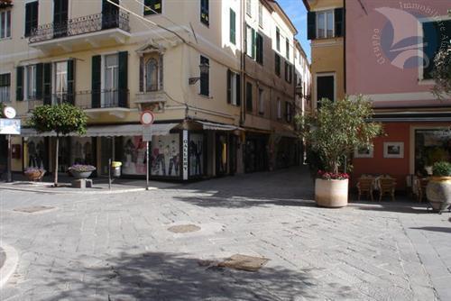 Alassio, nel cuore del centro storico, proponiamo cessione di attività.