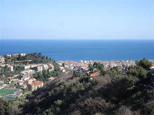 Alassio, terreno vista mare con progetto per tre appartamenti.