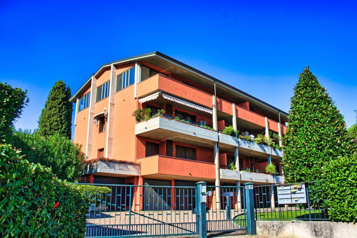 Appartamento due/tre letto vistalago in palazzina centrale.