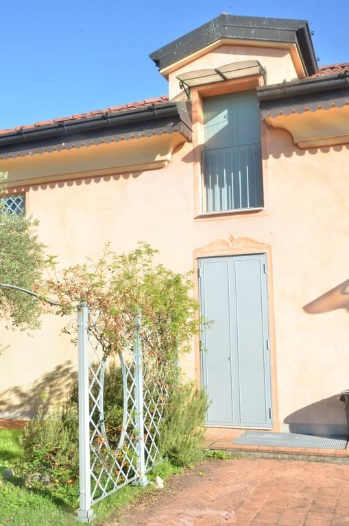 Elegante villa singola con ampio giardino e piscina - 13
