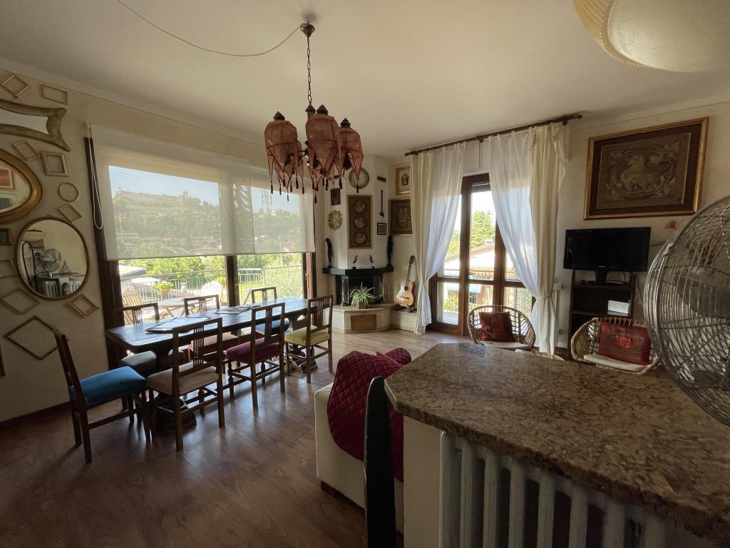 Appartamento in affitto a Padenghe sul Garda, 3 locali, prezzo € 1.700 | CambioCasa.it