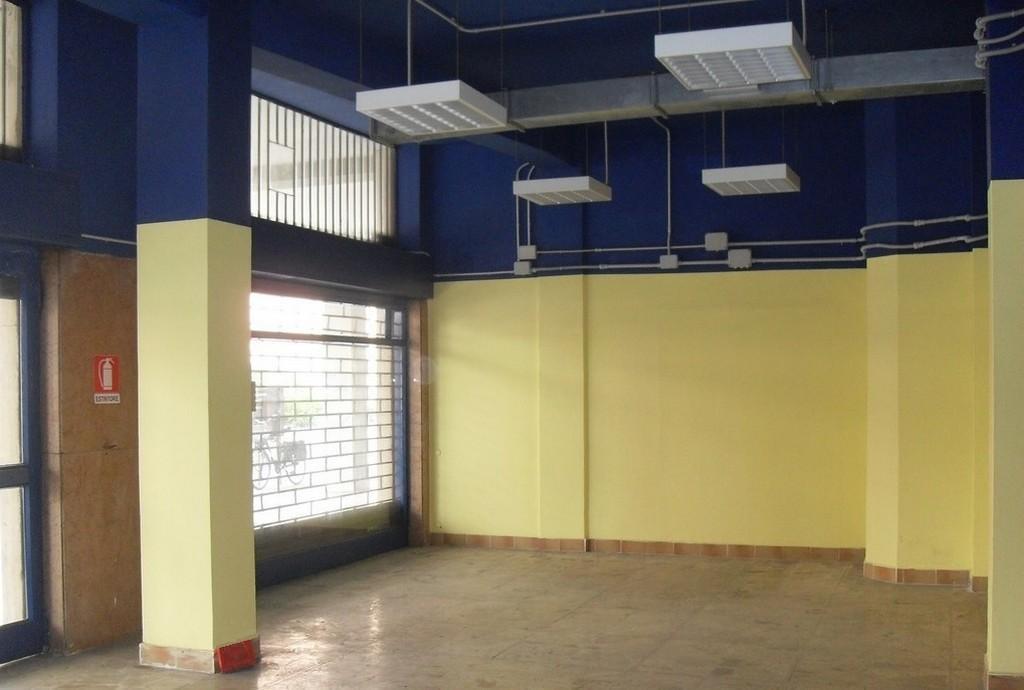 Brescia 2 – Negozio di tre locali, due vetrine e portico uso esclusivo - 1