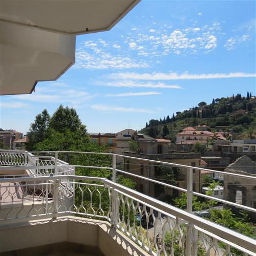 Alassio, vendesi bilocale con vista aperta, molto soleggiato,bella balconata con posto auto e cantina
