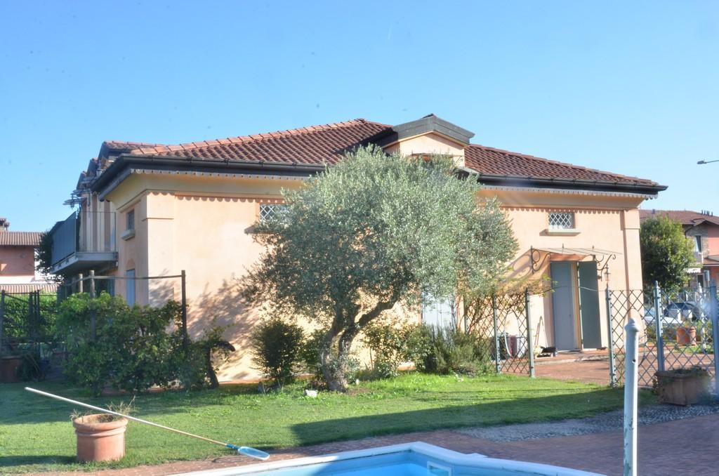 Elegante villa singola con ampio giardino e piscina - 3