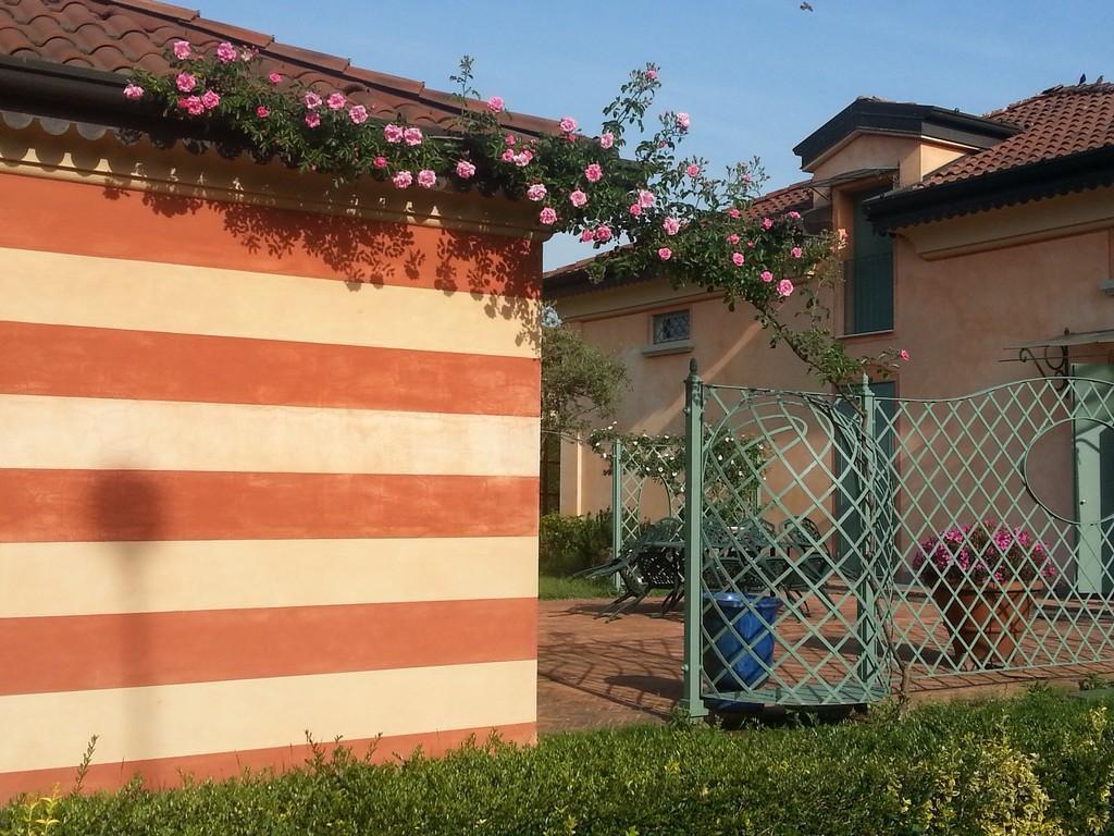 Elegante villa singola con ampio giardino e piscina - 2