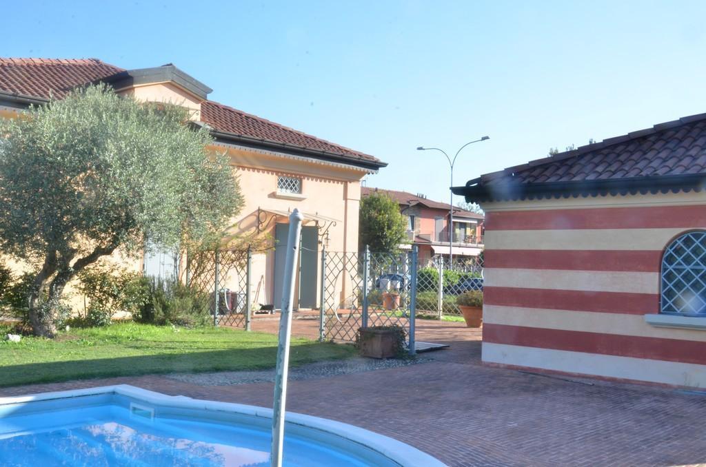 Elegante villa singola con ampio giardino e piscina - 1